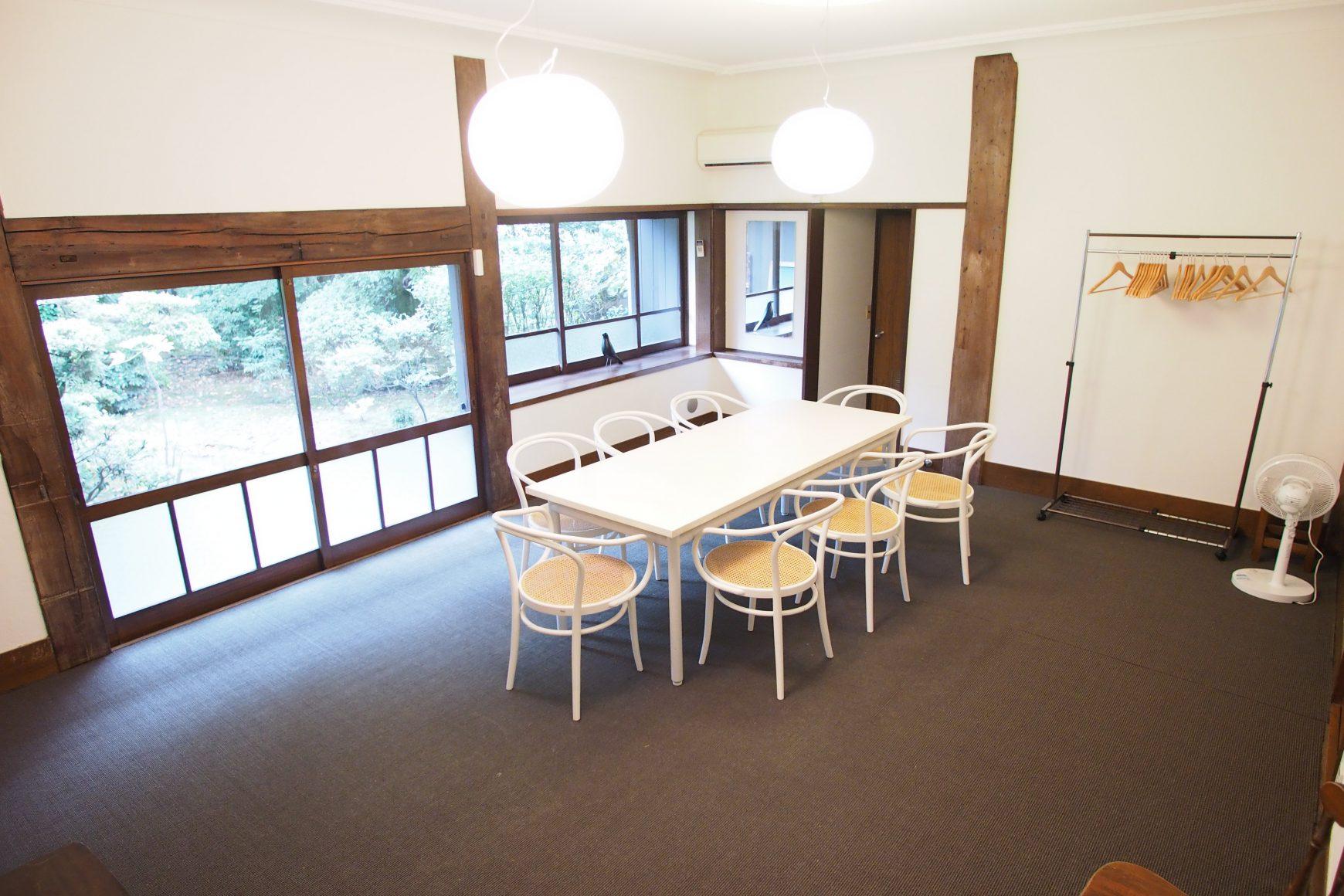 こちらは洋室になります。撮影というよりタレントの方々の控室としてご利用頂くことが多いです。