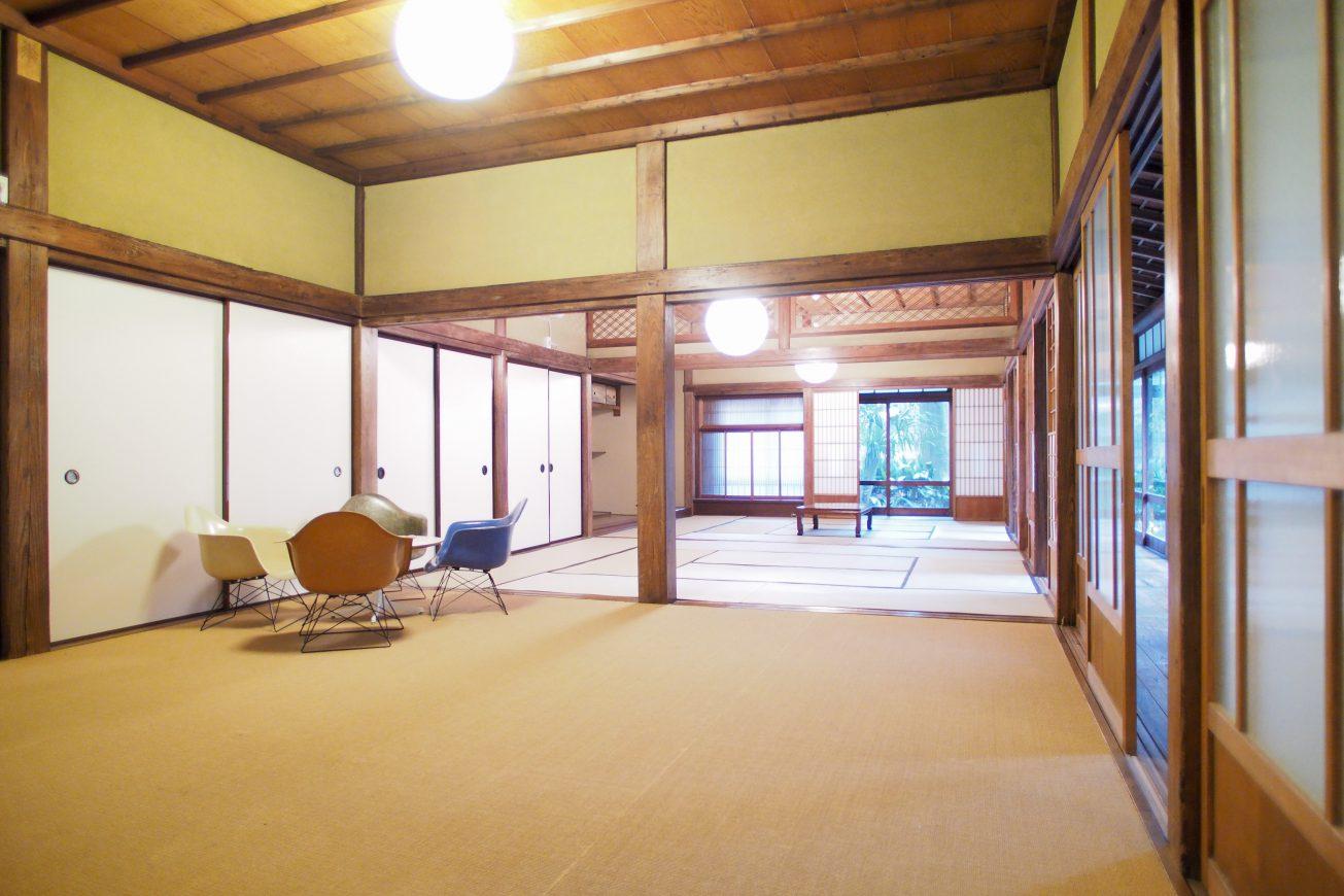 和室の恥にはカーペットが敷かれた部屋があります。撮影機材をおいたり、控室などに使って頂けるスペースです。