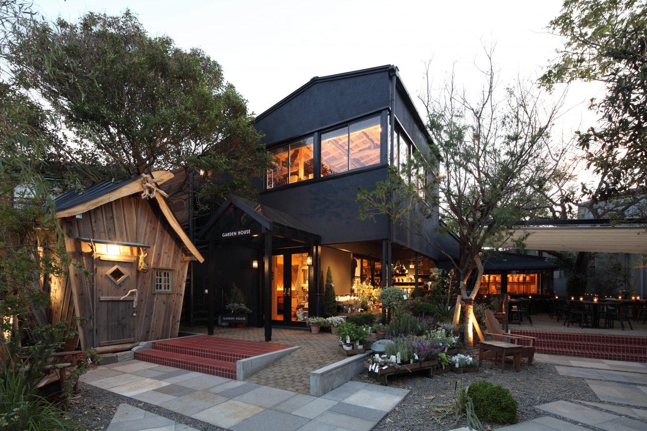 黒を主体とした一軒家風カフェ。 ワークショップ風の納屋やガーデンが落ち着きを感じさせます。