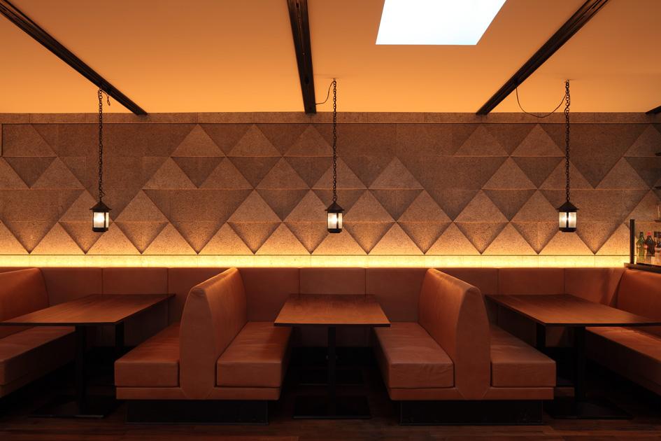 壁の模様が特徴的なテーブル席。雑誌などで映えること間違いなし。