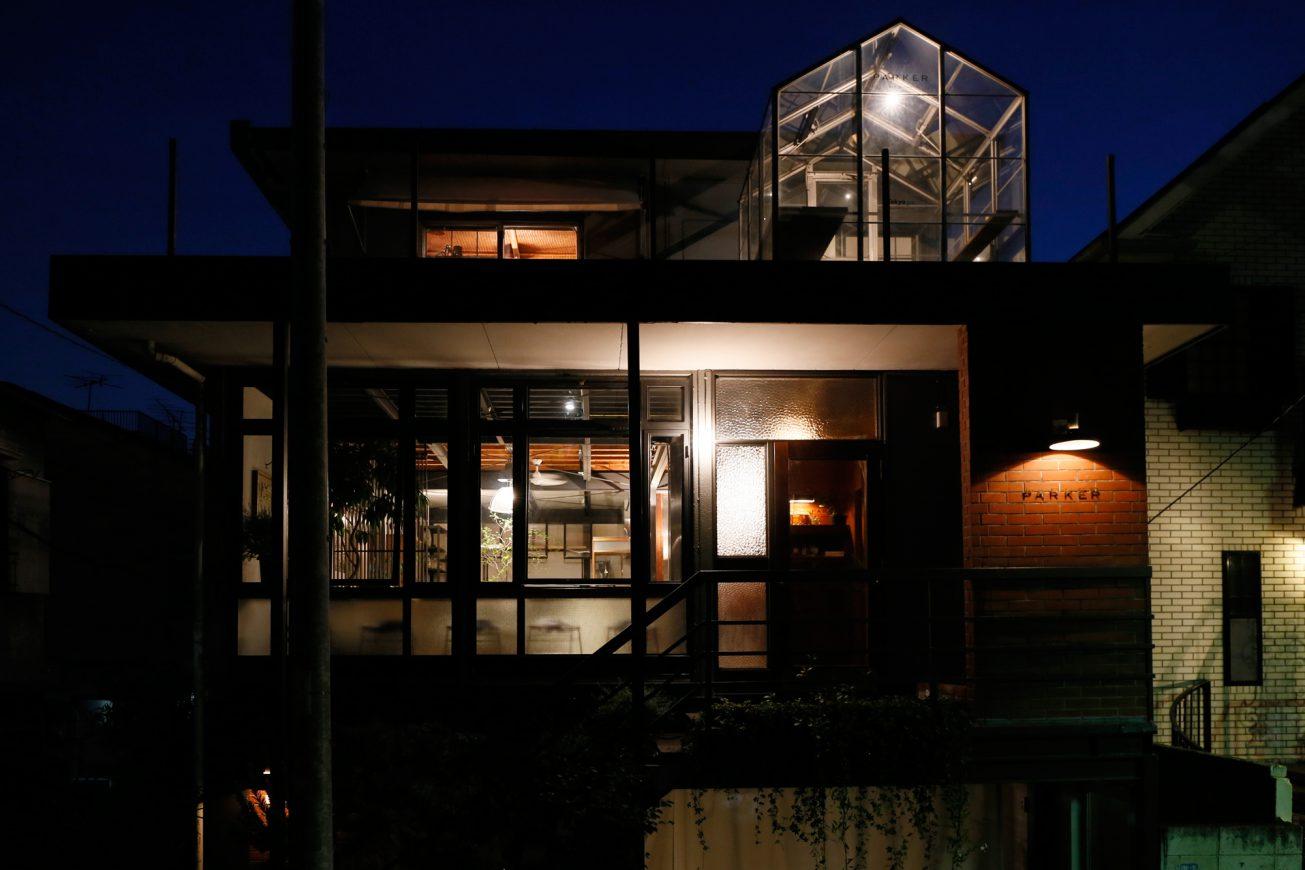 夜間はライトアップされ、大人の雰囲気に。バーとしての撮影も可能です。