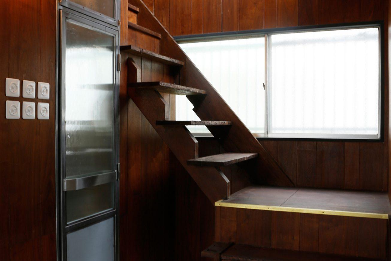 自然光が差し込む明るい階段